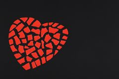 Coeur rouge de petits morceaux de papier Image stock