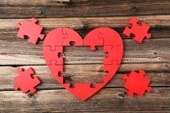 Coeur rouge de puzzle Photographie stock libre de droits
