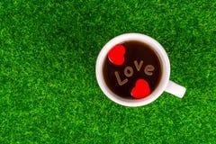 Coeur rouge de remorquage avec amour Photographie stock libre de droits