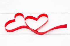 Coeur rouge de ruban sur le fond en bois blanc Photographie stock libre de droits
