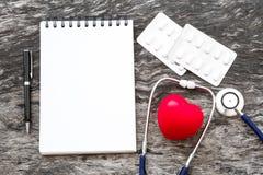 Coeur rouge de santé avec des paquets de capsule de stéthoscope et de médecine et Photos libres de droits