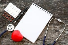 Coeur rouge de santé avec des paquets de capsule de stéthoscope et de médecine et Photographie stock libre de droits