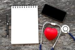 Coeur rouge de santé avec le stéthoscope et le carnet vide pour l'entrée s Image libre de droits