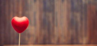 Coeur rouge de sucrerie sur le fond en bois Image stock