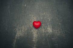 Coeur rouge de sucrerie sur le fond grunge minable Photo libre de droits