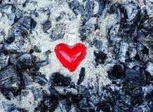 Coeur rouge de symbole d'amour en cendres Photographie stock