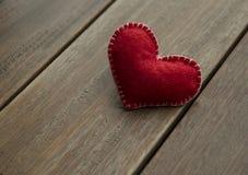Coeur rouge de textile sur le fond en bois, concept d'amour Photographie stock libre de droits