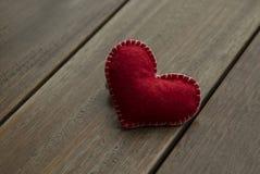 Coeur rouge de textile sur le fond en bois, concept d'amour Photographie stock