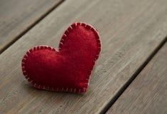 Coeur rouge de textile sur le fond en bois, concept d'amour Images libres de droits