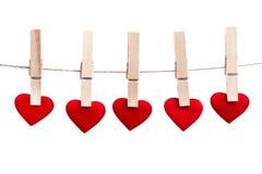 Coeur rouge de tissu accrochant sur la corde à linge Images stock