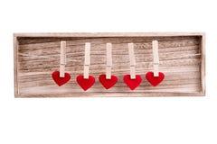 Coeur rouge de tissu accrochant sur la corde à linge Photo stock