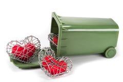 Coeur rouge de tissu dans la cage tricotée de fil sur le fond blanc Photographie stock
