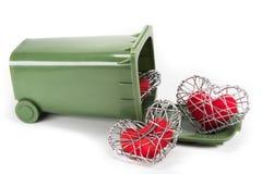 Coeur rouge de tissu dans la cage tricotée de fil sur le fond blanc Image libre de droits