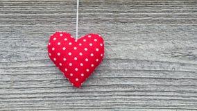 Coeur rouge de tissu sur le panneau de grange Images libres de droits