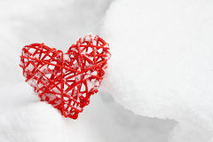 Coeur rouge de valentine dans la neige Photo libre de droits