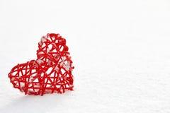 Coeur rouge de valentine dans la neige Photographie stock libre de droits