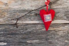 Coeur rouge de Valentine Day au-dessus de fond en bois Fond de jour de valentines Photographie stock