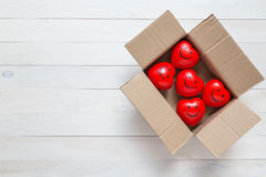 Coeur rouge de vue supérieure dans la boîte brune sur la planche en bois blanche Pour l'amour Image libre de droits