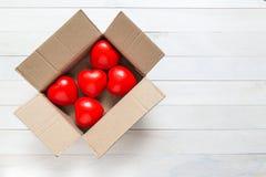 Coeur rouge de vue supérieure dans la boîte brune sur la planche en bois blanche Pour l'amour Photographie stock