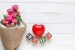 Coeur rouge de vue supérieure sur la planche en bois blanche Pour l'amour ou la valentine Photographie stock