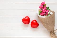 Coeur rouge de vue supérieure sur la planche en bois blanche Pour l'amour ou la valentine Photo libre de droits