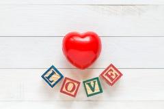 Coeur rouge de vue supérieure sur la planche en bois blanche Pour l'amour ou la valentine Image stock