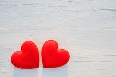 Coeur rouge de vue supérieure sur la planche en bois blanche Pour l'amour ou la valentine Photos stock