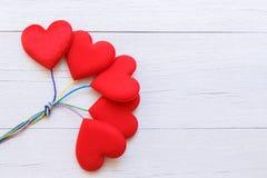 Coeur rouge de vue supérieure sur la planche en bois blanche Pour l'amour ou la valentine Image libre de droits