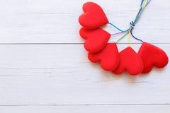 Coeur rouge de vue supérieure sur la planche en bois blanche Pour l'amour ou la valentine Photographie stock libre de droits