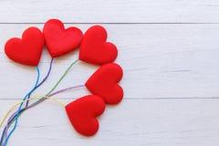 Coeur rouge de vue supérieure sur la planche en bois blanche Pour l'amour ou la valentine Photo stock