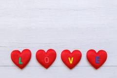 Coeur rouge de vue supérieure sur la planche en bois blanche Pour l'amour ou la valentine Photos libres de droits
