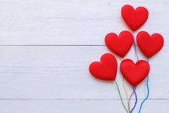 Coeur rouge de vue supérieure sur la planche en bois blanche Pour l'amour ou la valentine Images libres de droits