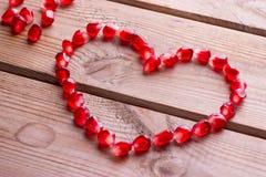Coeur rouge des grains de grenade mûre Images stock