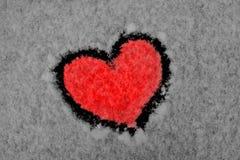 Coeur rouge dessiné sur la neige Photographie stock libre de droits