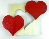 Coeur rouge en bois fait maison du ` s de Valentine sur le fond blanc Image libre de droits