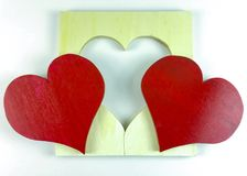 Coeur rouge en bois fait maison du ` s de Valentine sur le fond blanc Photographie stock