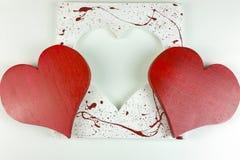 Coeur rouge en bois fait maison du ` s de Valentine sur le fond blanc Image stock