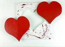 Coeur rouge en bois fait maison du ` s de Valentine sur le fond blanc - dessus Photo libre de droits