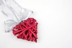Coeur rouge en bois sur le fond blanc Photos stock