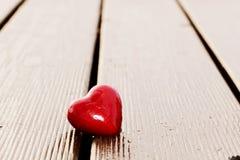 Coeur rouge en fente de planche en bois. Amour Images stock