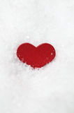 Coeur rouge en Frosty White Snow Image stock