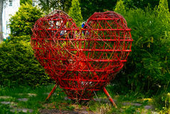 Coeur rouge en parc de création de la jeunesse photo libre de droits