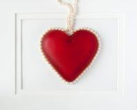 Coeur rouge encadré avec des perles Images libres de droits