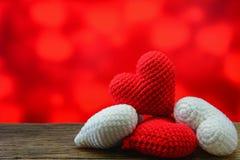 Coeur rouge et blanc sur la table en bois et le fond rouge Photo libre de droits