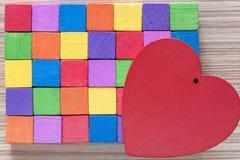 Coeur rouge et blocs en bois colorés Images stock