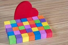 Coeur rouge et blocs en bois colorés Photos libres de droits