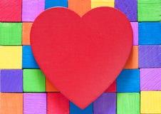 Coeur rouge et blocs en bois colorés Images libres de droits