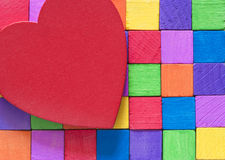 Coeur rouge et blocs en bois colorés Photo libre de droits