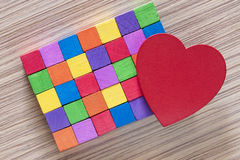 Coeur rouge et blocs en bois colorés Image stock