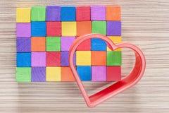 Coeur rouge et blocs en bois colorés Photo stock